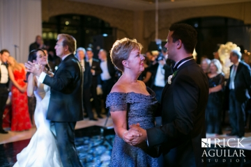 groom dance with mother